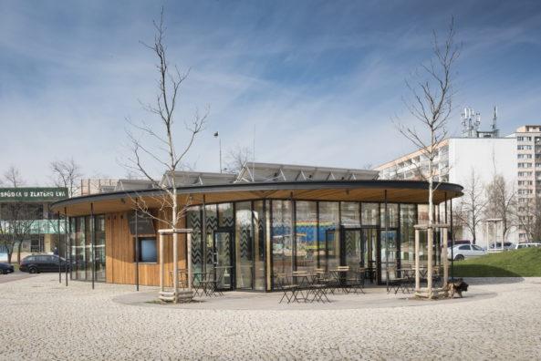 Terasa kavárny bude v létě stíněna platany.