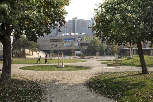 Park s mlatovými povrchy.