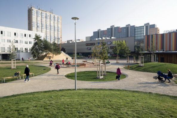 V parku je voda svedena do zasakovacích travnatých polderů.