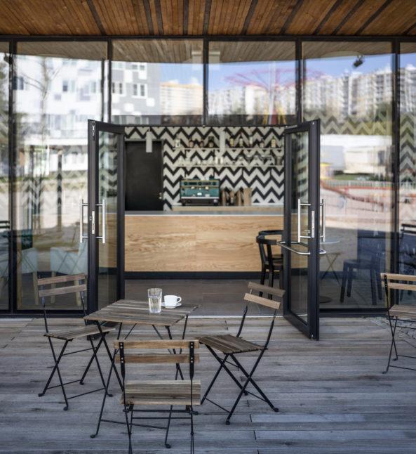 Kavárna s krytou terasou.