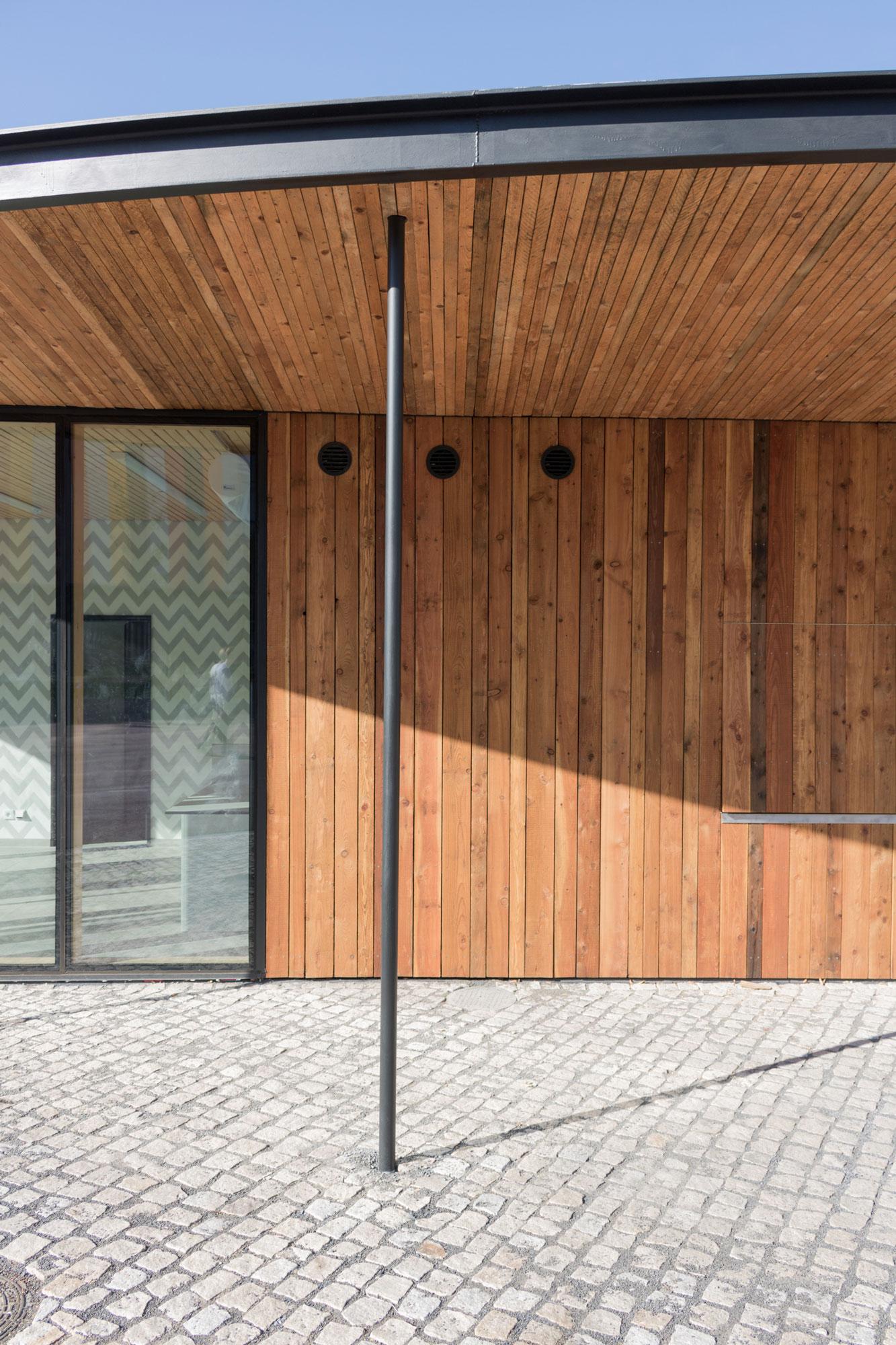 Pavilon je dřevostavba s rámovou konstrukcí a fasádou se strukturálním zasklením.